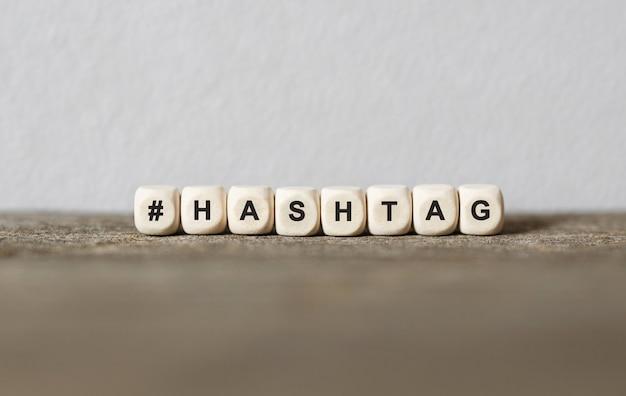 Word hashtag gemaakt met houten bouwstenen, stockbeeld