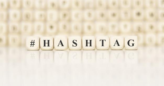 Word hashtag gemaakt met houten bouwstenen