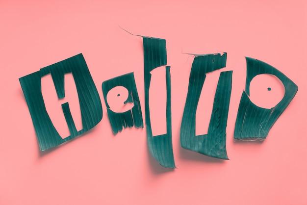 Word hello-brieven van groene tropische bladeren
