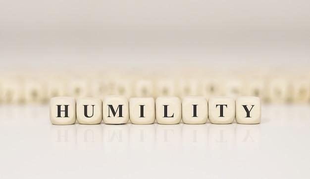 Word humility gemaakt met houten bouwstenen