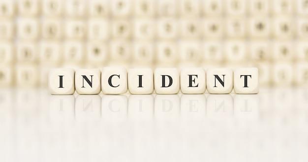 Word incident gemaakt met houten bouwstenen