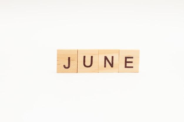 Word juni gemaakt van houten blokken geïsoleerd