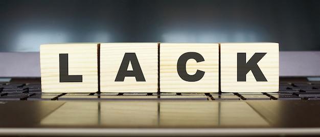 Word lack houten kubussen met letters op een laptop toetsenbord