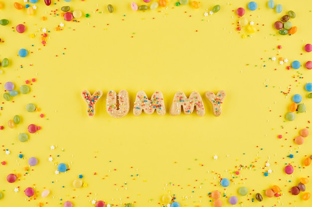 Word lekker gegeten met zoete suikerkoekjes en versierd met kleine kleurrijke snoepjes, uitzicht vanaf de top