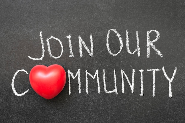 Word lid van onze gemeenschapszin handgeschreven op bord met hartsymbool in plaats van o