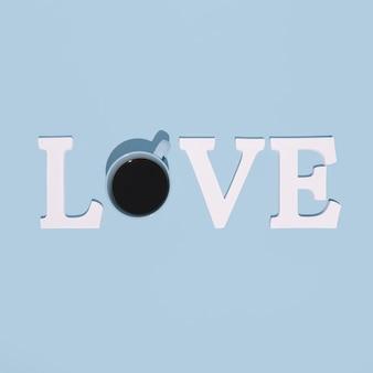 Word love gemaakt met een blauwe kop vol koffie. pastelblauwe achtergrond.