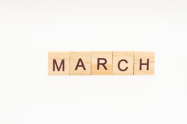 Word maart gemaakt van houten geïsoleerde blokken
