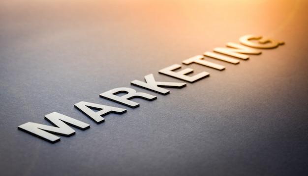 Word marketing geschreven met witte stevige letters