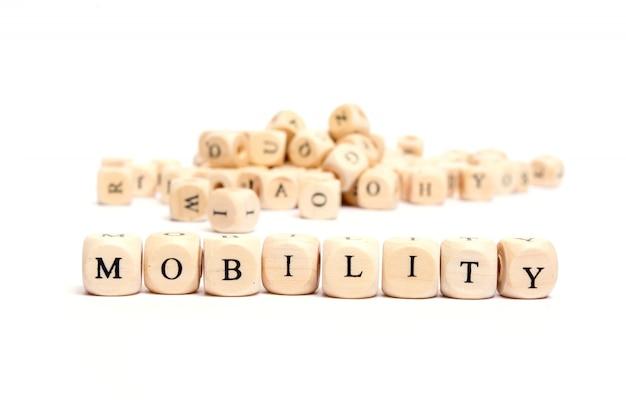 Word met dobbelstenen op witte achtergrond-mobiliteit