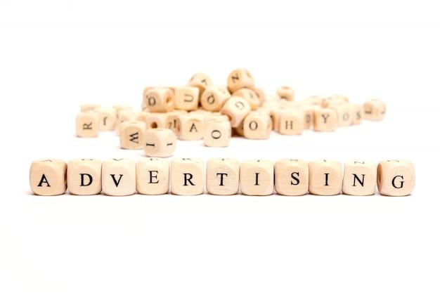 Word met dobbelstenen op witte achtergrond-reclame