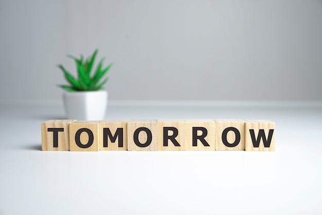 Word morgen gemaakt van houten kubussen