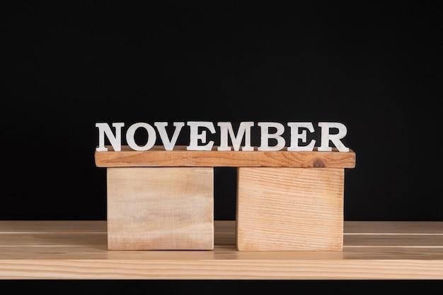 Word november door houten letters op houten standaard