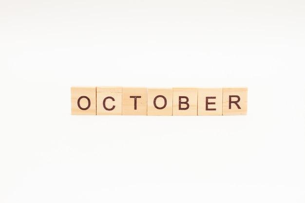 Word oktober gemaakt van houten blokken geïsoleerd
