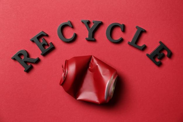 Word recycle en verfrommeld kan