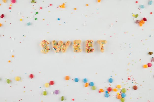 Word sweet gemaakt van heerlijke zelfgemaakte koekjes en versierd met regenbooghagelslag
