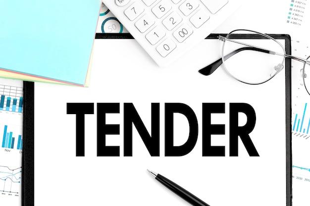 Word tender op klembord, sticker, rekenmachine, bril, grafiek, diagram en pen op bureau. bedrijfsconcept.