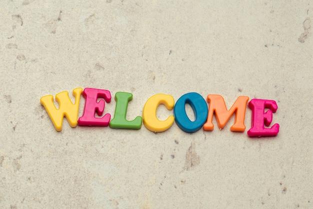 Word welkom geschreven in kleurrijke plastic brieven dicht omhoog geschoten