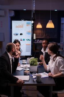 Workaholics zakenmensen brainstormen over ideeën voor financiële bedrijven