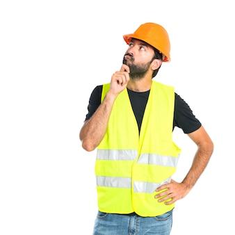 Workman denken over geïsoleerde witte achtergrond