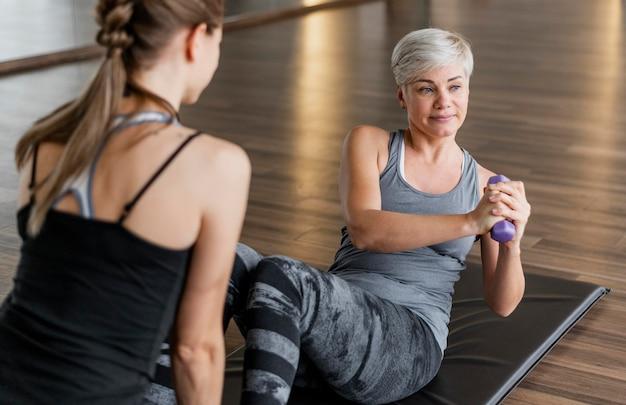 Workout met een hoge weergave van een personal trainer