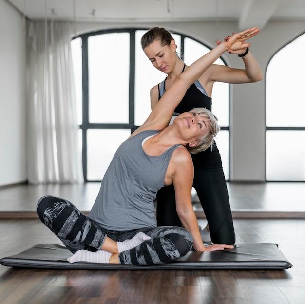 Workout met vooraanzicht van een personal trainer