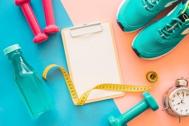 Workout samenstelling met klembord en fitness tools