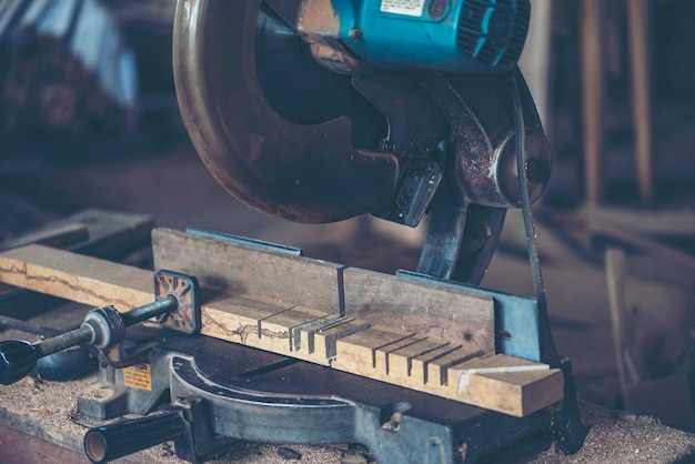 Workshop houtbewerking: timmermannen werktafel met verschillende gereedschappen en hout snijden
