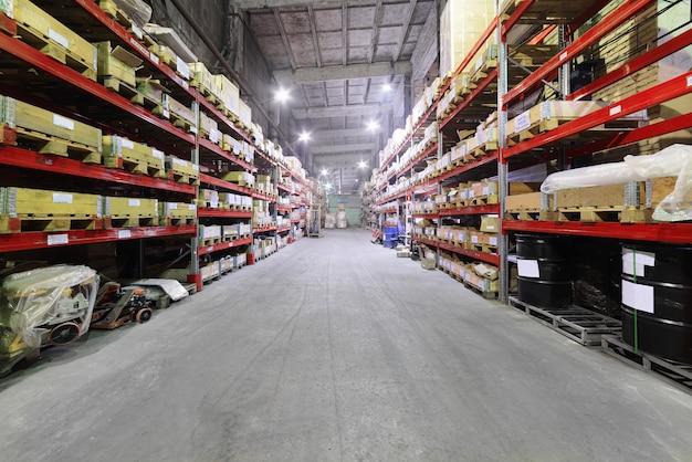 Workshop over de productie van het hanteren van verwijderbare apparaten. industrieel magazijn van samenstellende materialen.