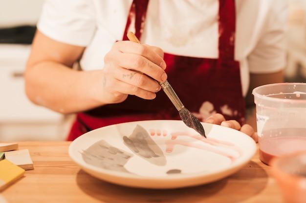 Workshop productie van keramisch tafelgerei product schilderen
