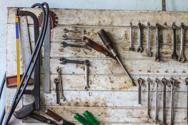 Workshop scène. hulpmiddelen op de tafel en op het bord.