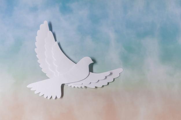 World peace day wenskaartsjabloon. witte duif die op hemel vliegt.