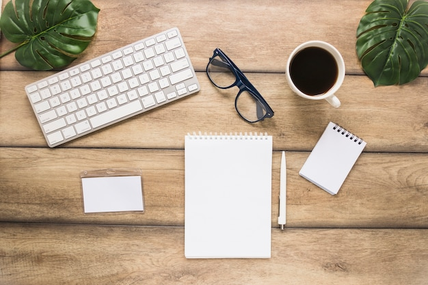 Worplace met toetsenbeker en notebook