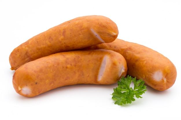 Worst en kruiden op witte achtergrond, verse heerlijke frankfurter wordt geïsoleerd die
