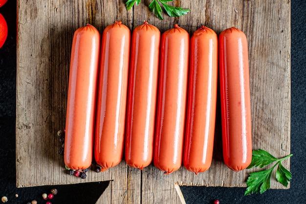 Worst halffabrikaten fastfood vlees varkensvlees, rundvlees of kip klaar om maaltijd snack te eten