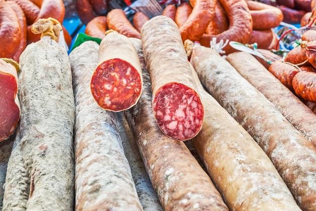 Worst in een markt bestaande uit rode chorizo en iberische salami en heerlijke typisch spaanse bloedworst gemaakt met aardappel of pompoen
