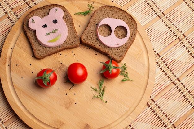 Worst met zwart brood en tomate voor het avondeten