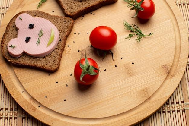 Worst met zwart brood en tomates op de houten achtergrond