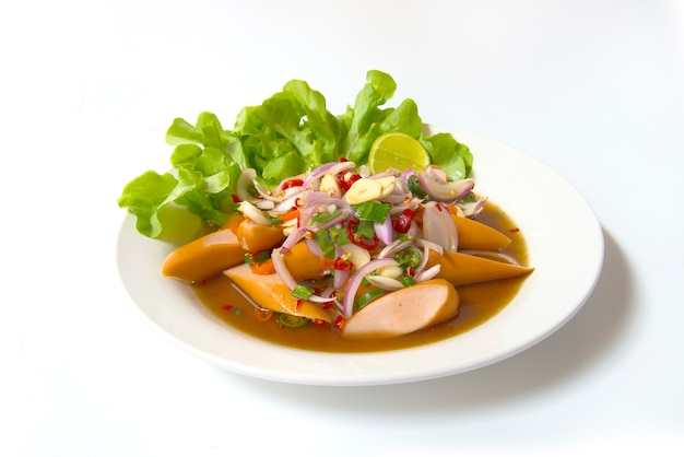 Worst slice pittige salade chili pasta. thais voedsel op schotel die op witte achtergrond wordt geïsoleerd