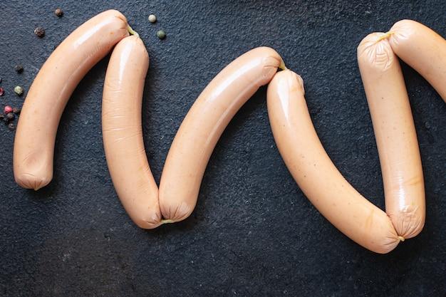 Worst varkensvlees rundvlees of kip fast food halffabrikaat snack op tafel maaltijd snack bovenaanzicht