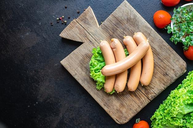 Worst varkensvlees rundvlees of kip fast food halffabrikaat snack op tafel maaltijd snack bovenaanzicht Premium Foto