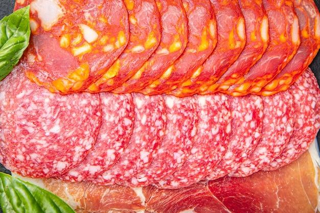 Worst vlees plak geassorteerd snijden salami chorizo jamon prosciutto verse maaltijd snack op tafel