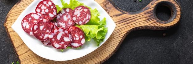 Worst vlees stukjes reuzel spek rundvlees of varkensvlees gerookte of gedroogde maaltijd snack op tafel kopieer ruimte