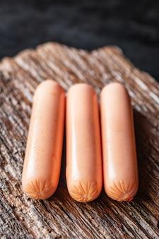 Worst vlees varkensvlees rundvlees of kip op tafel gezonde maaltijd snack ingrediënt