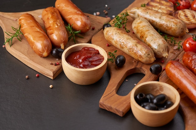 Worsten en ingrediënten om te koken. gegrilde worst met toevoeging van kruiden en specerijen