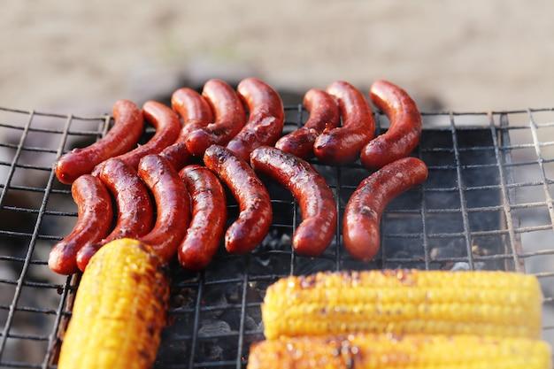 Worsten en maïs op de grill