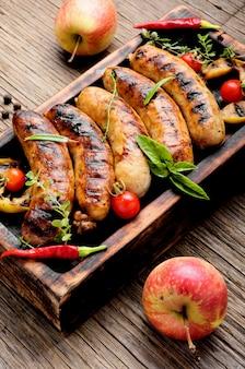 Worsten gebakken met kruiden en appel
