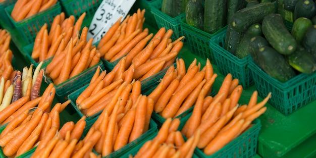 Wortel en komkommers te koop bij een marktkraam, byward market, ottawa, ontario, canada