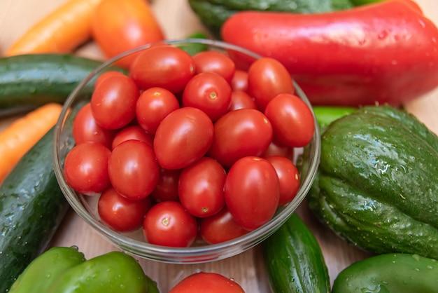 Wortel, komkommer, chayote, tomaat en paprika op tafel