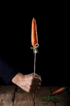 Wortel lanceert als een raket op zwart oppervlak.