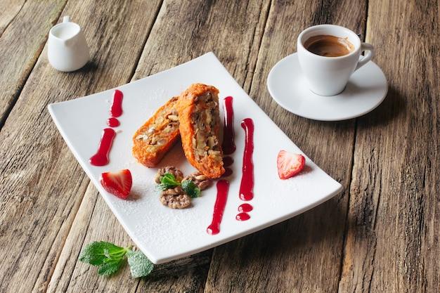 Wortelappelbroodje met espresso op tafel